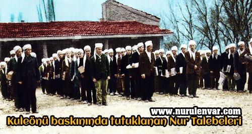 8 Ocak 1971 Kuleönü baskınında tutuklanan Nur talebeleri'nin ellerinde Risale-i Nur çalışmalarıyla jandarmada çekilen fotoğrafları